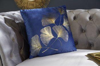 Kráľovsky modrý zamatový vankúšik so zlatou potlačou - ginko »