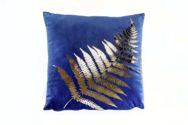 Kráľovsky modrý zamatový vankúšik so zlatou potlačou - papraď »