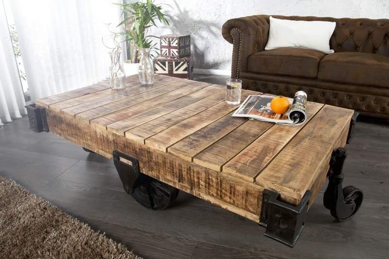 Drevený stolík na kolieskach