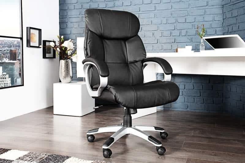 Čierne kancelárske kreslo z umelej kože s čalúnenými opierkami