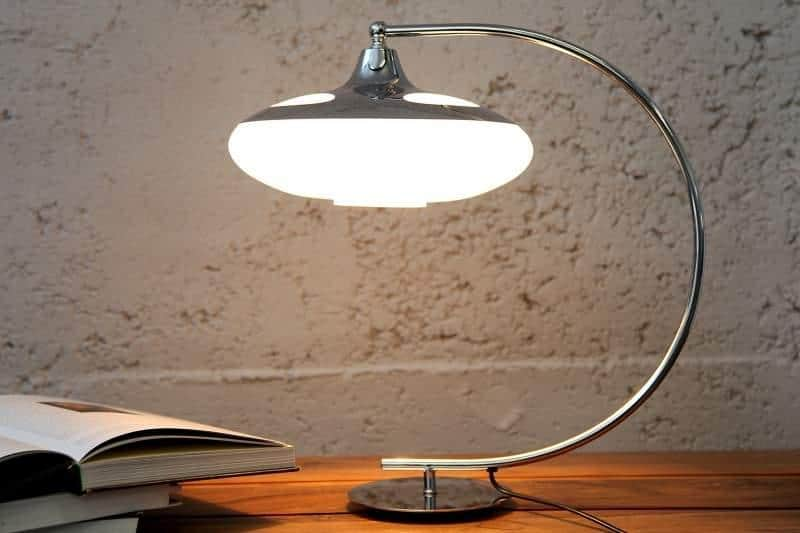 Štýlová chrómová lampa so skleneným tienidlom