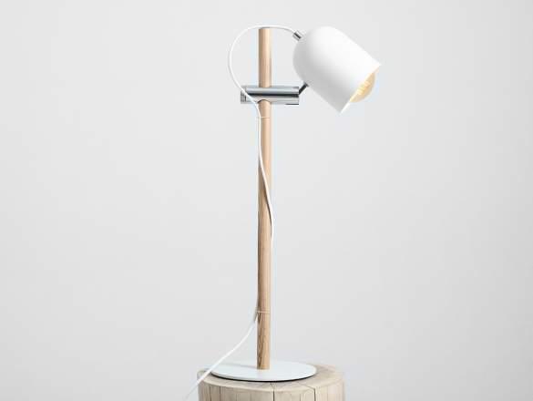 Biela stolová lampa v škandinávskom štýle