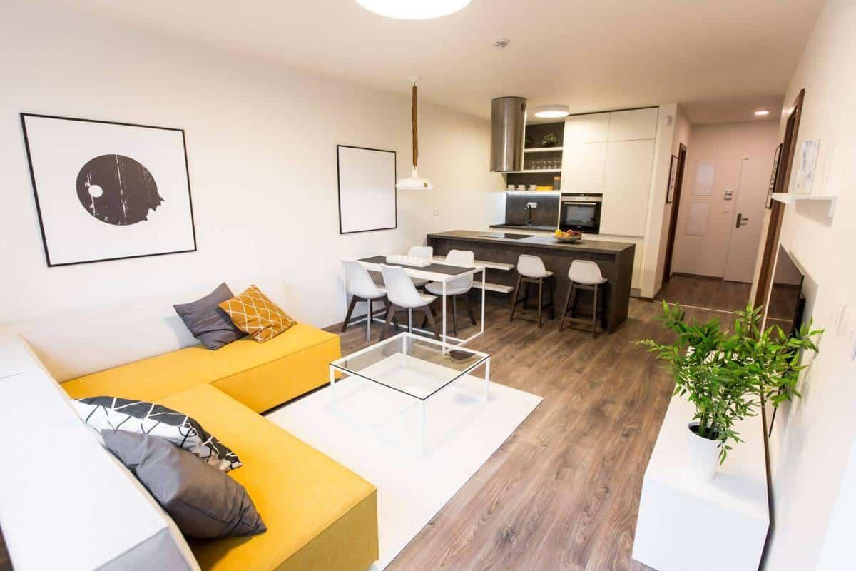 Kuchyňa prepojená s obývačkou - realizácia vzorového bytu v novej štvrti Malé Krasňany