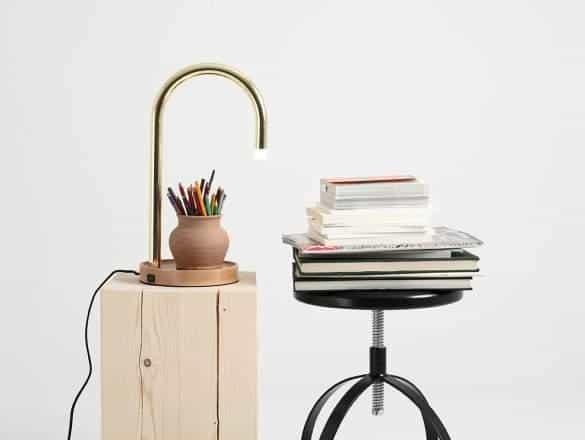 Moderná pozlátená stolová lampa