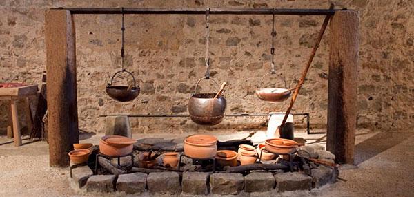 Rekonštrukcia dobovej kuchyne z 12.storočia na hrade Dover v Anglicku