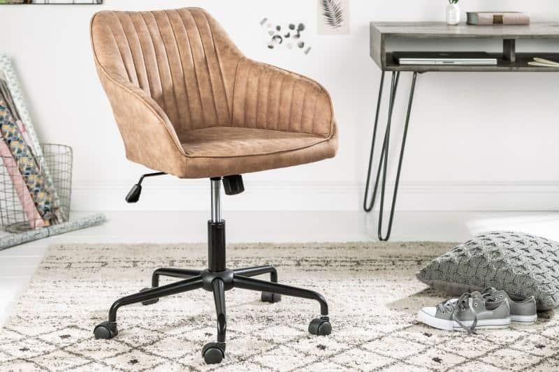 Svetlohnedá kancelárska stolička vo vintage štýle doma