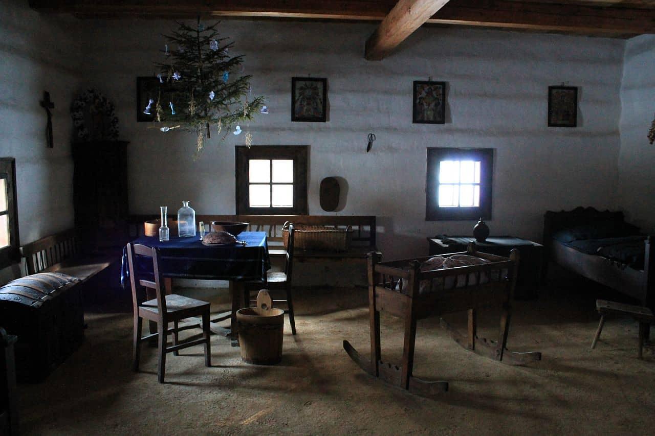 Typická izba v dome na slovenskej dedine v minulosti, Múzeum oravskej dediny Zuberec