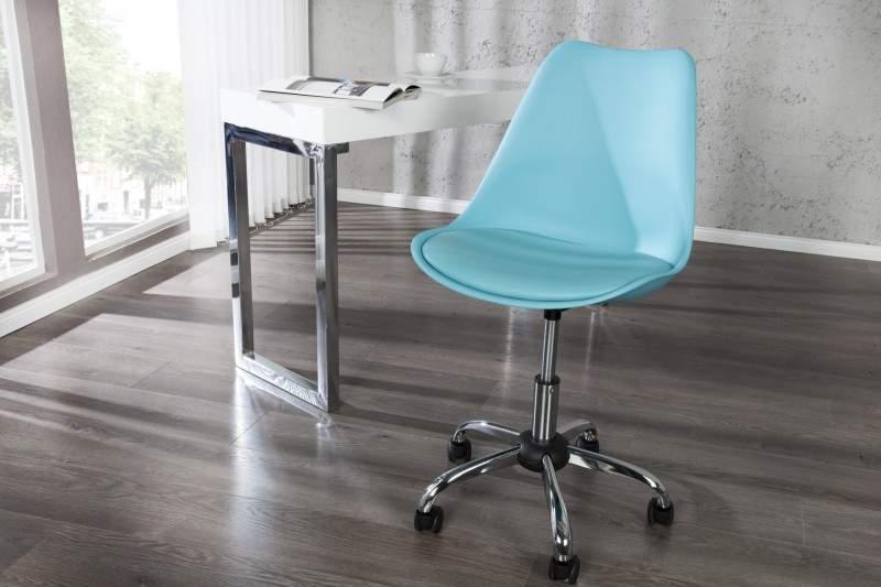 Tyrkysová stolička s tvarovaným plastovým operadlom v škandinávskom štýle