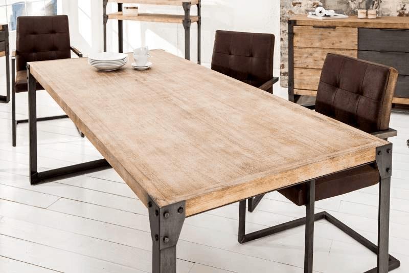 Jedálenský stôl z masívneho dreva atradičného tmavého kovu