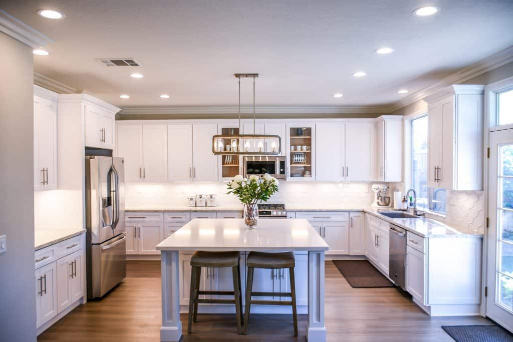 biela luxusna kuchyna v tvare u s ostrovcekom
