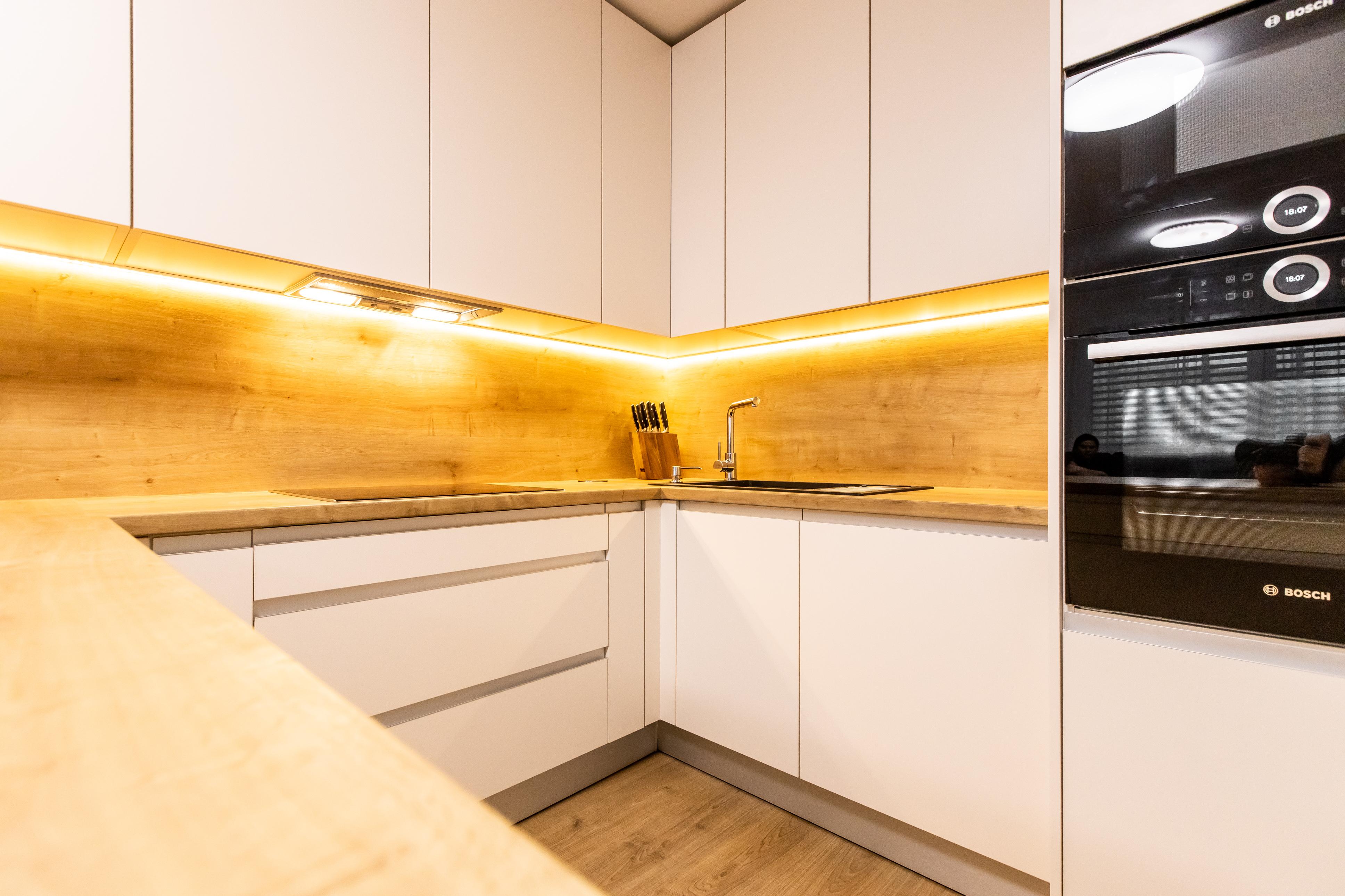biela kuchyna dub zlaty zafrezovane madla