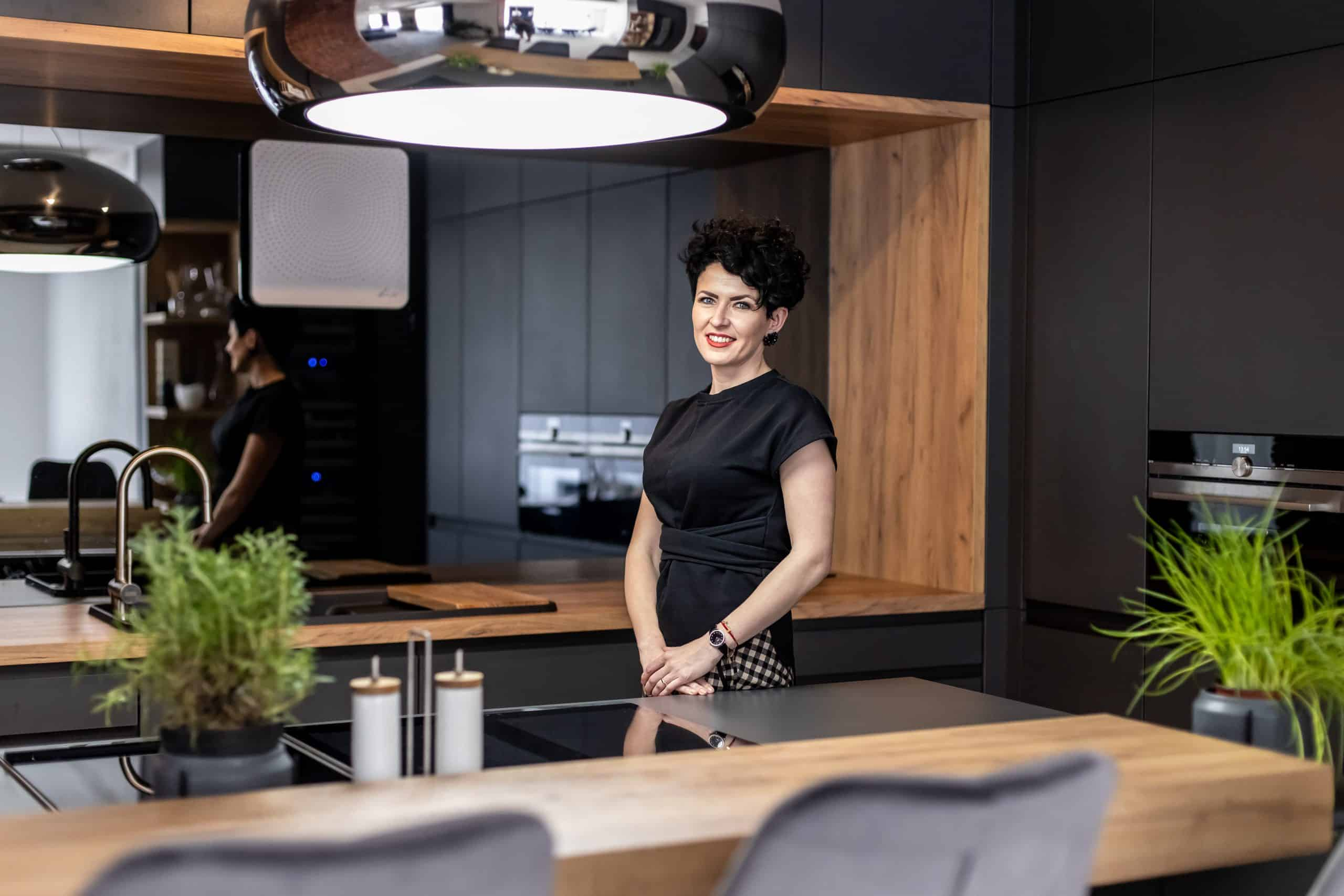 antracitová kuchyňa od ikuchyne s podnikatelkou roka