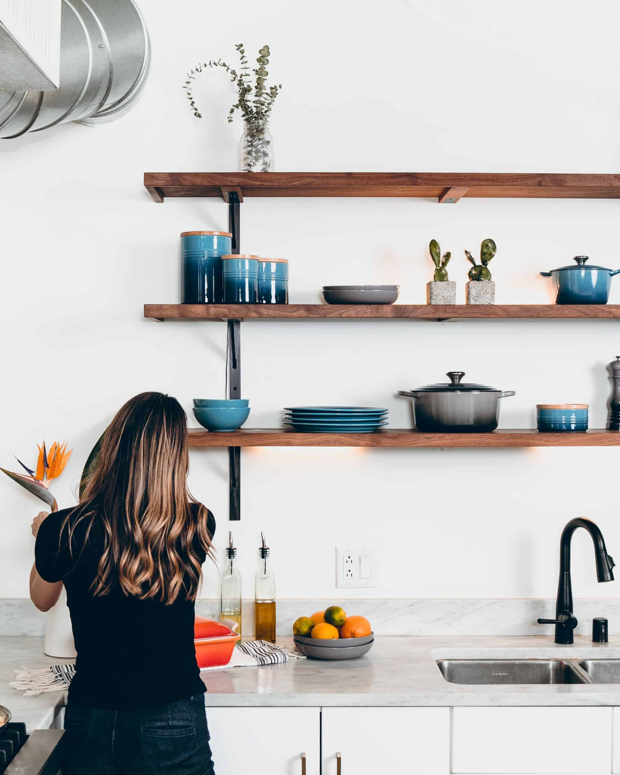 policky v kuchyni s modrym riadom