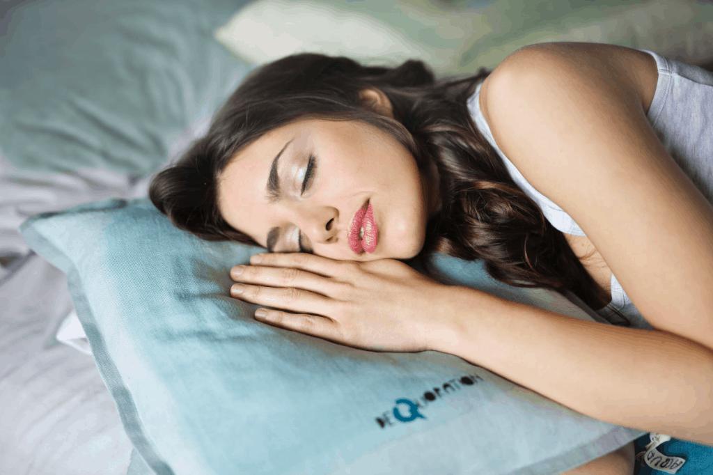 postel na ktorej spi dievca