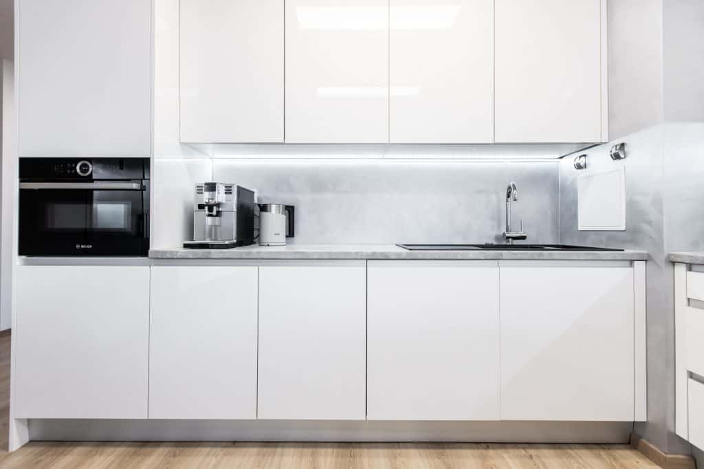 biela leskla kuchyna so zafrezovnym madlom realizacia ikuchyne