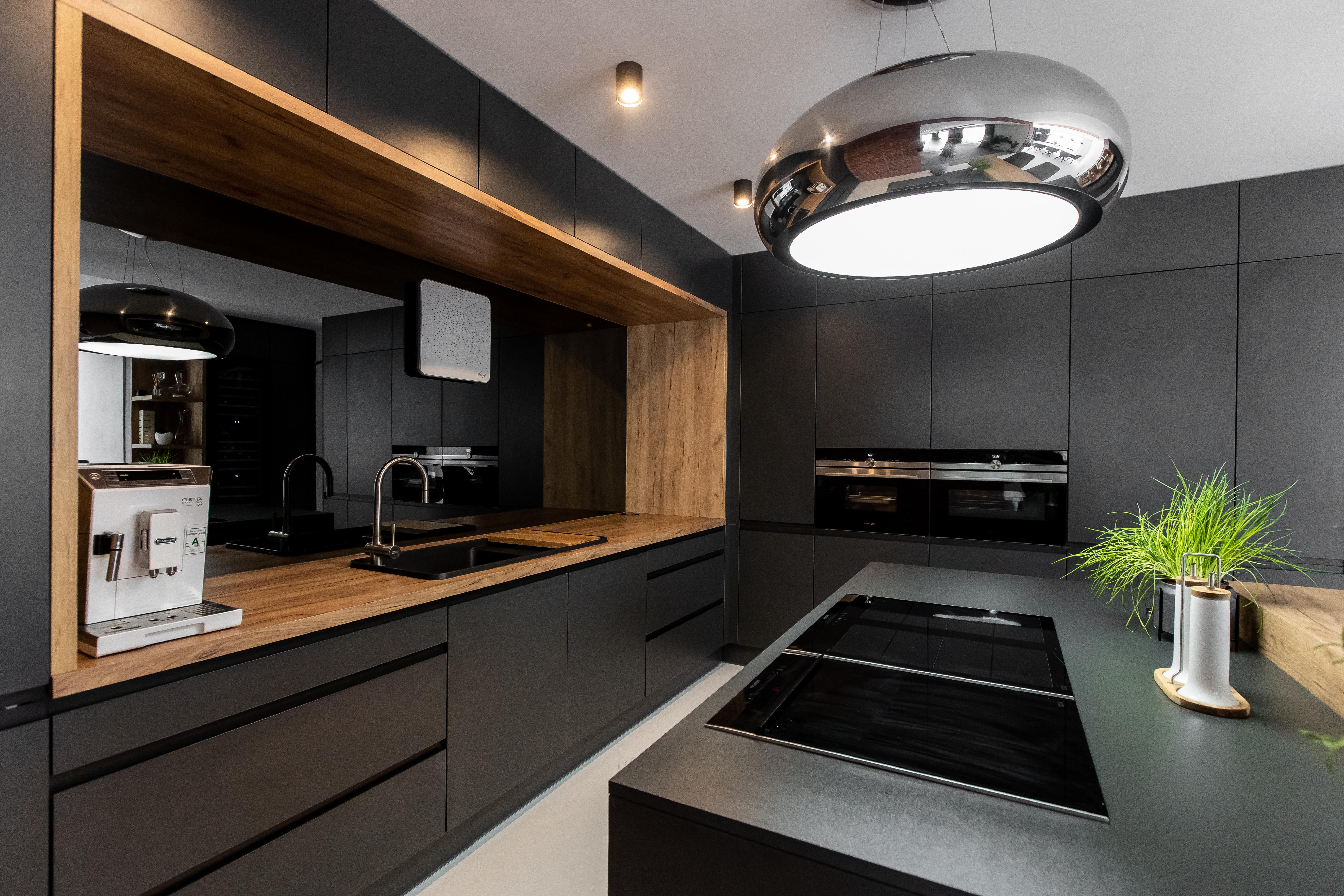 antracitova kuchyna so zrkadlom