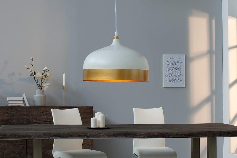 dizajnova biela zavesna lampa so zlatym pasom