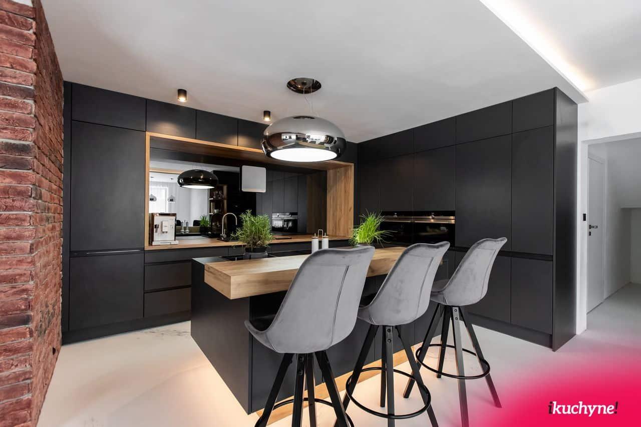 sive barove stolicky v antracitovej kuchyni od ikuchyne