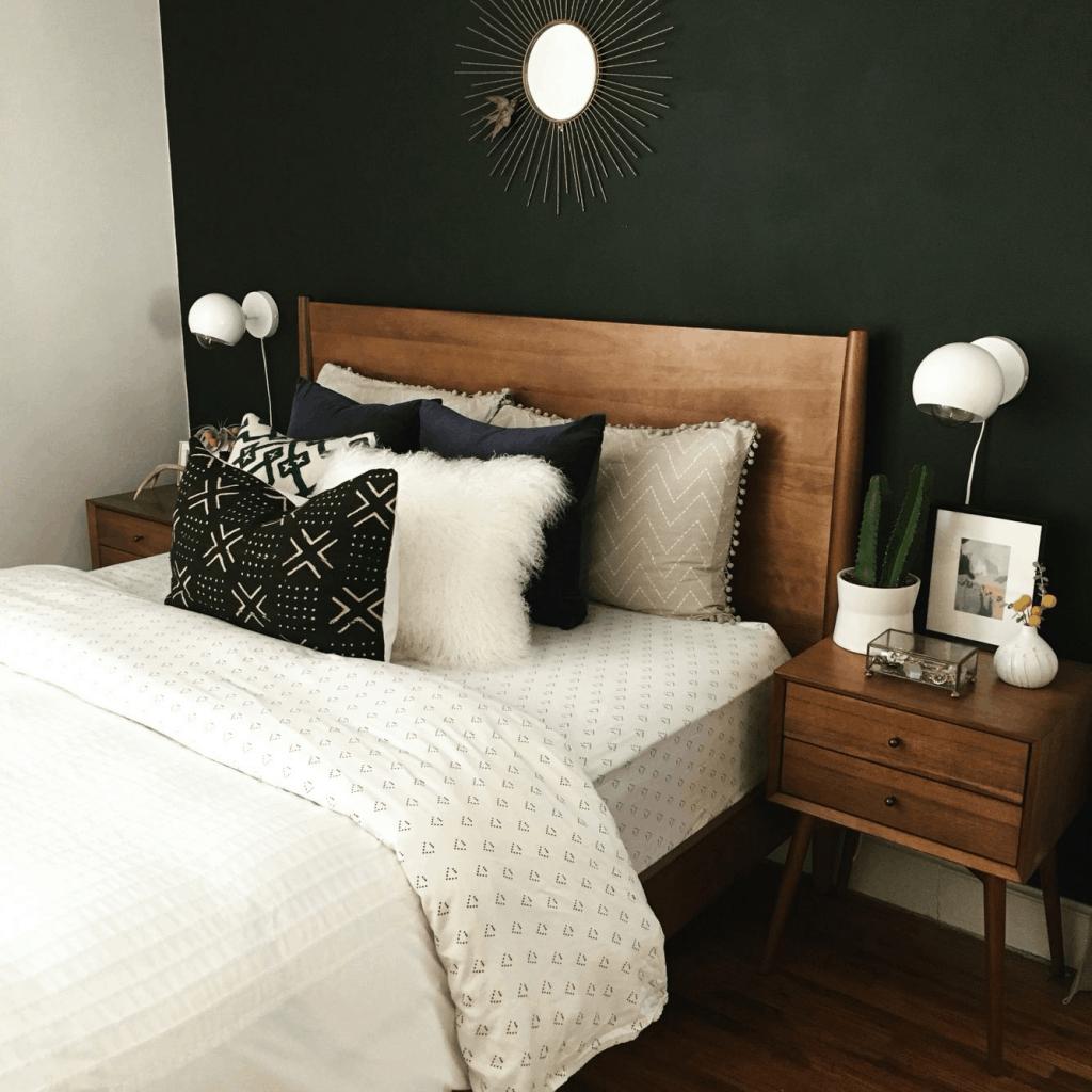 drevena postel s vankusmi