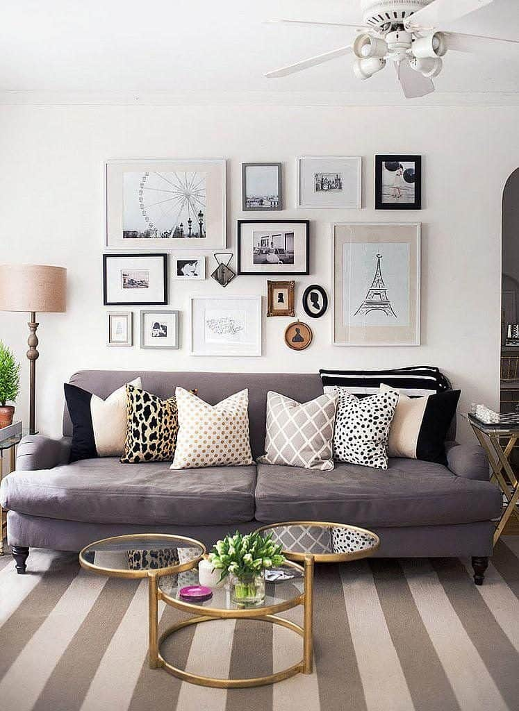 obrazy na stene a siva sedacka