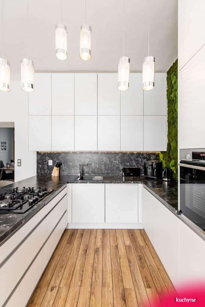 biela kuchyna so zafrezovanym madlom