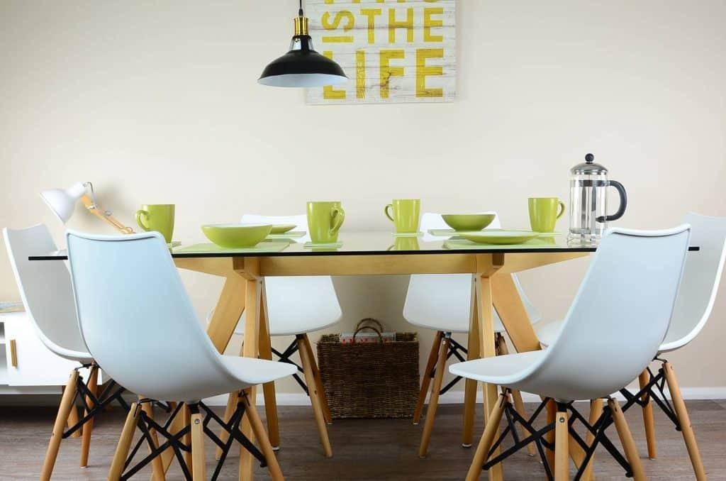 biele jedálenské stoličky