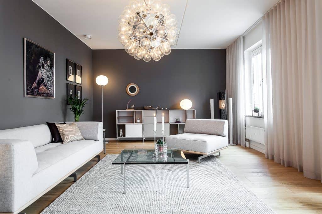 obývačka so sivou stenou