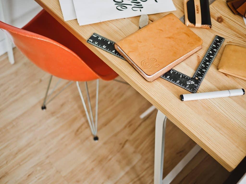oranžová jedálenská stolička zasunutá pod stôl