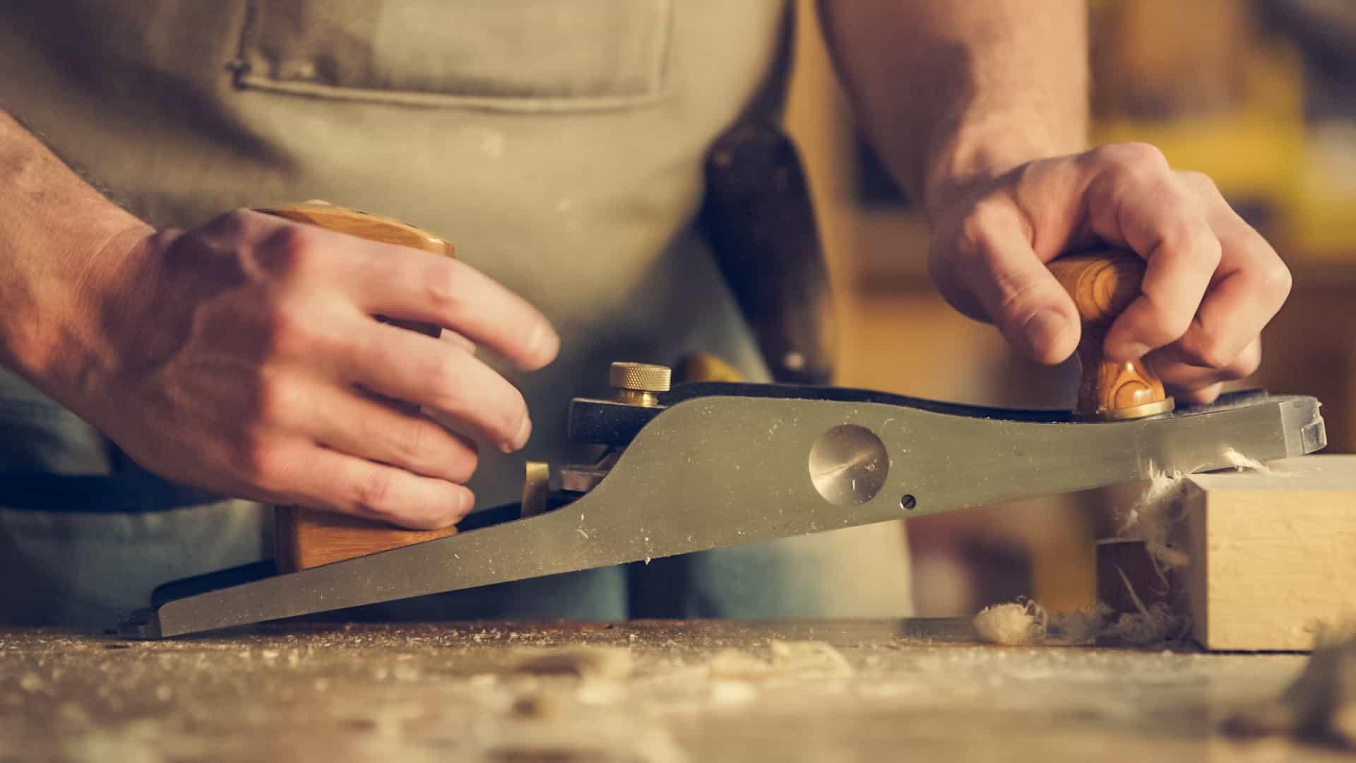 rezanie dreva, ktoré sa pužije na nábytok