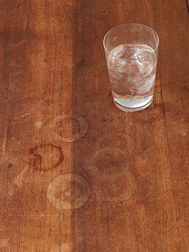skvrny od pohara na drevenom stole