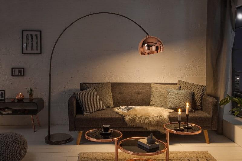 Vysoká stojanová lampa v ružovozlatej farbe jesenné inšpirácie