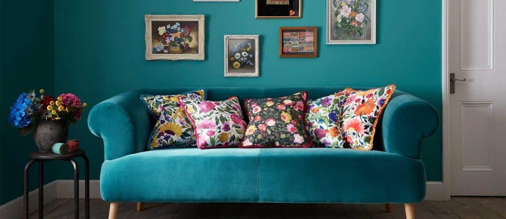 tyrkysová obývačka s vankúšmi