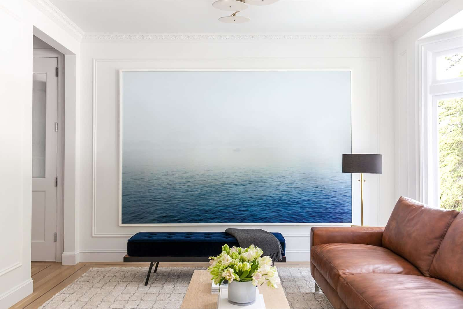 veľký modrý obraz na stene