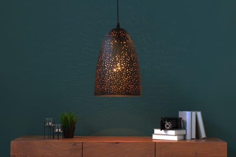 čierna závesná lampa