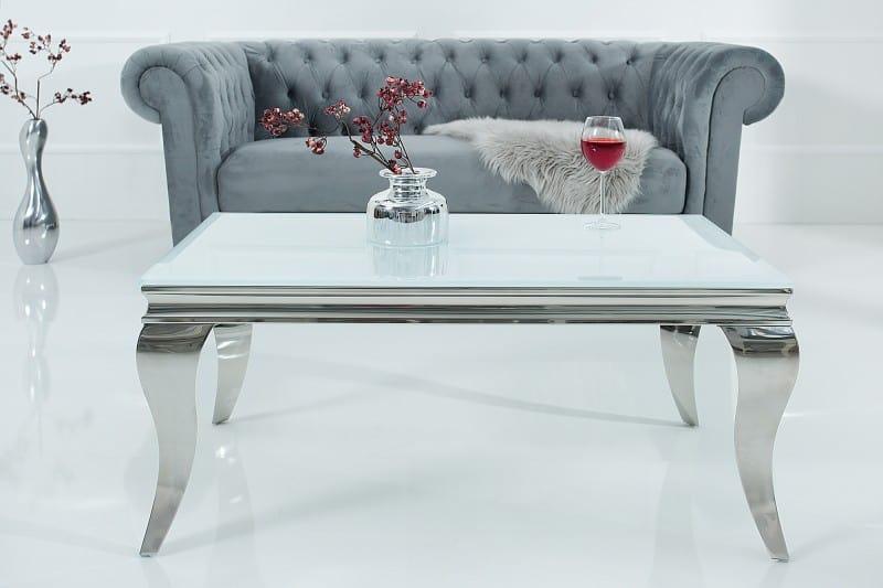 Konferenčný stolik s kožušinou ako zimné dekorovanie