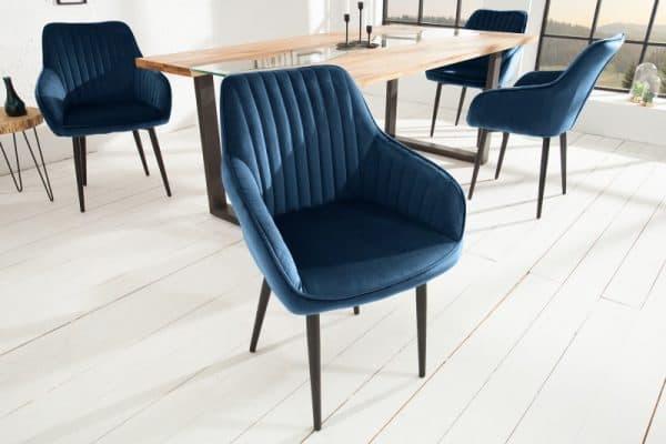 modré zamatové stoličky