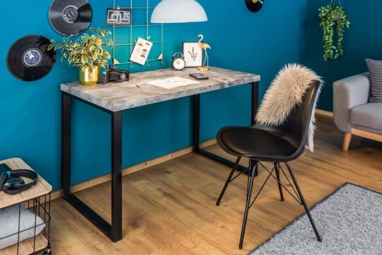 písací stôl s kožušinou