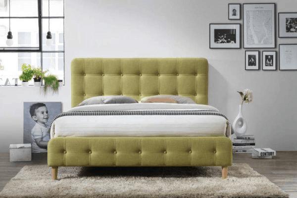Spálňa s dominantnou posteľou svetlozelenej farby.