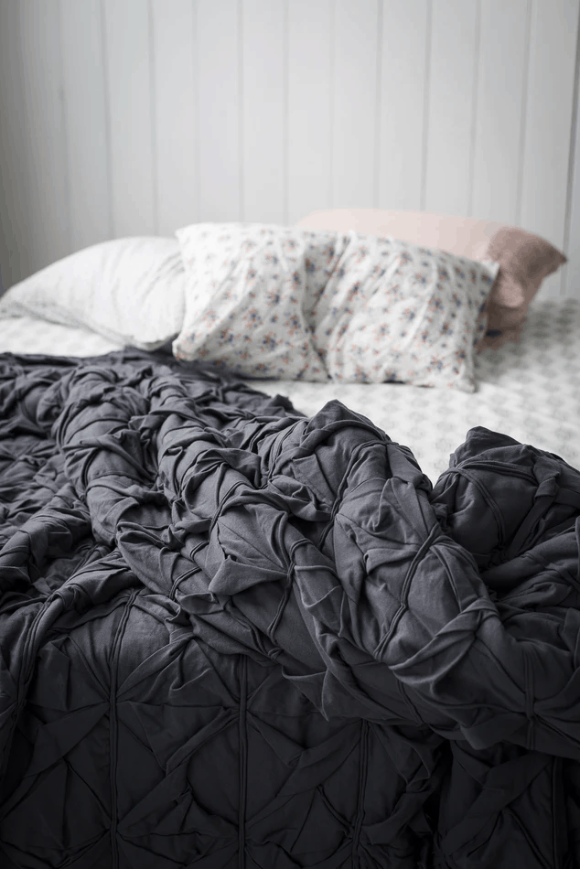 posteľ s dekou