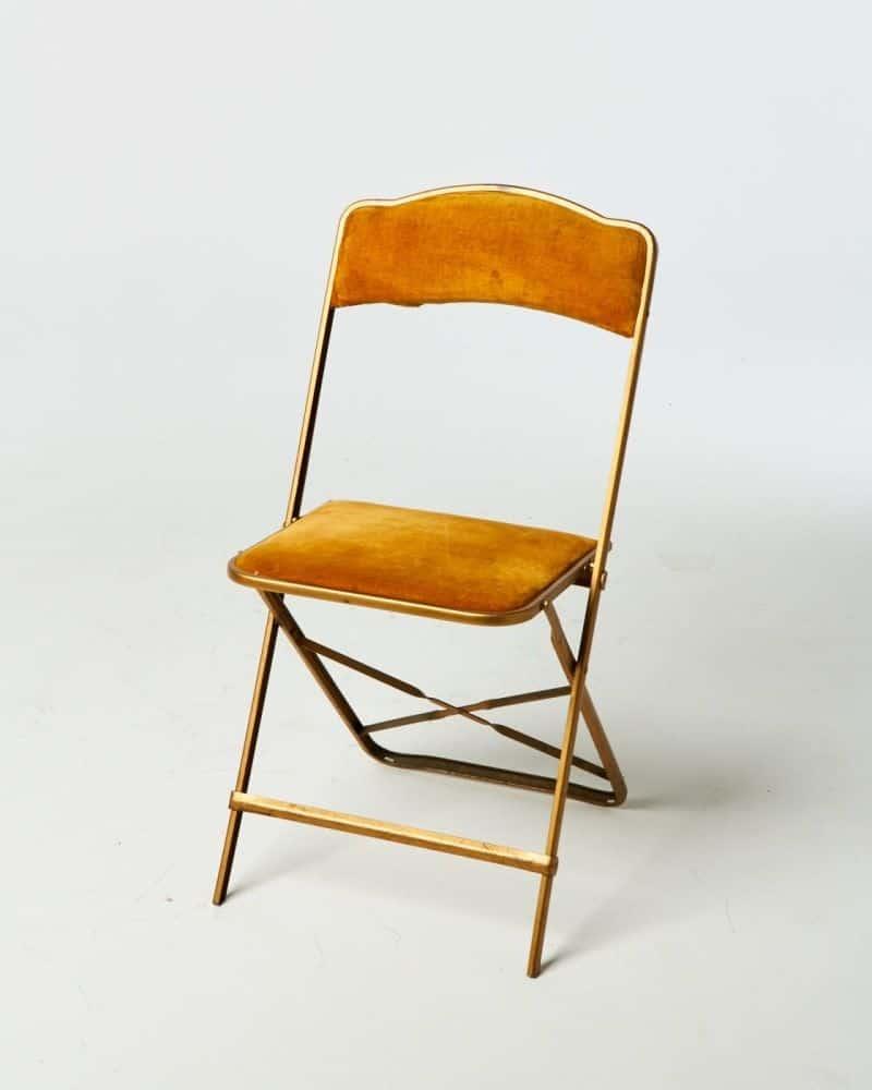 Oranžová skladacia stolička za vianočný stôl