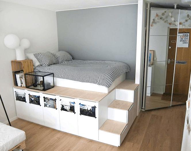 spálňa na schodíkoch