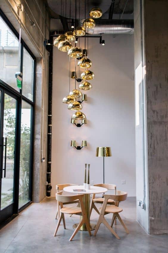 svetlo vysiace zo stropu