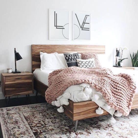 štýlovo ustlaná posteľ
