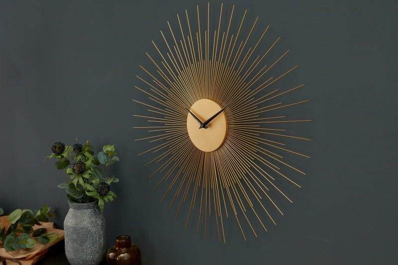 Neobyčajné nástenné hodiny v zlatom prevedení.