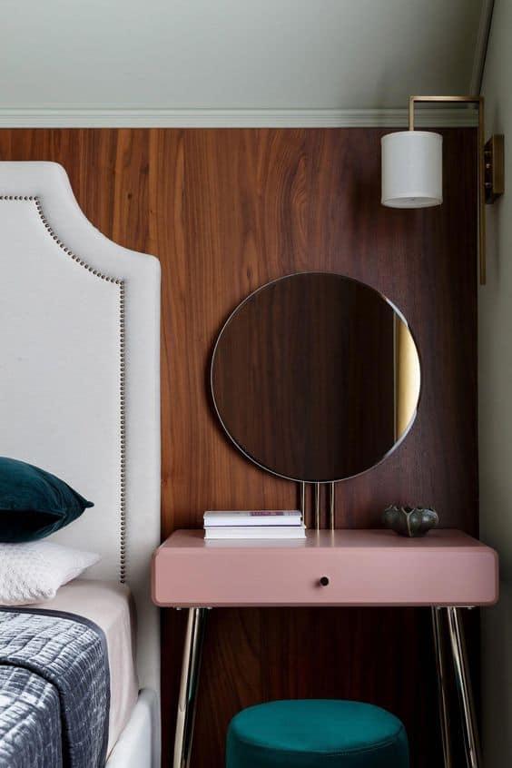 toaletný stolík v spálni