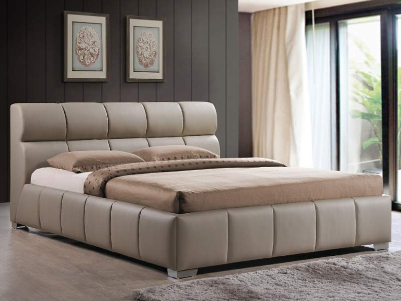 Béžová posteľ