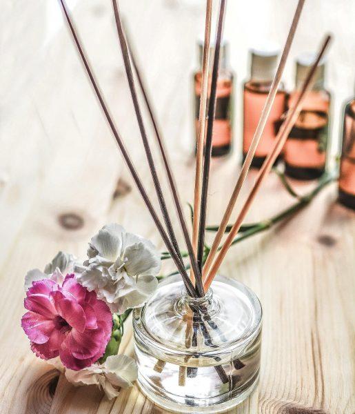 Bambusové tyčinky a pár kvapiek esenciálneho oleja spravia skvelú náladu