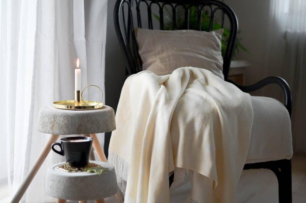 S kombináciou deka, sviečka, horúci nápoj si spravíte perfektné hygge