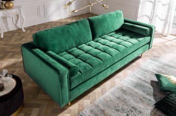 Zelená zamatová sedačka.