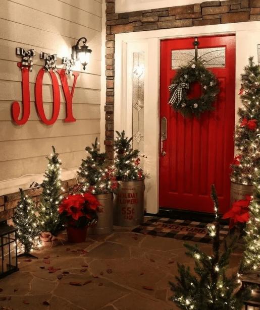 vianocne ozdobeny vstup do bytu
